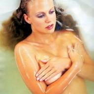 Barbara Schöneberger nackt in der Wanne und oben ohne